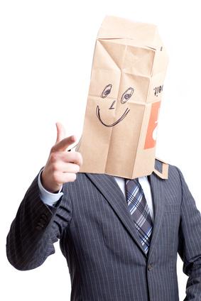 Anonymer Mann zeigt mit Finger